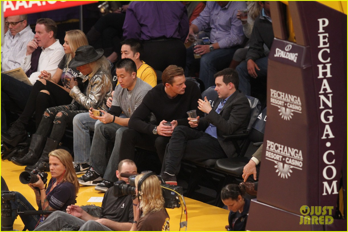 alexander skarsgard sits courtside for the lakers game 073052111