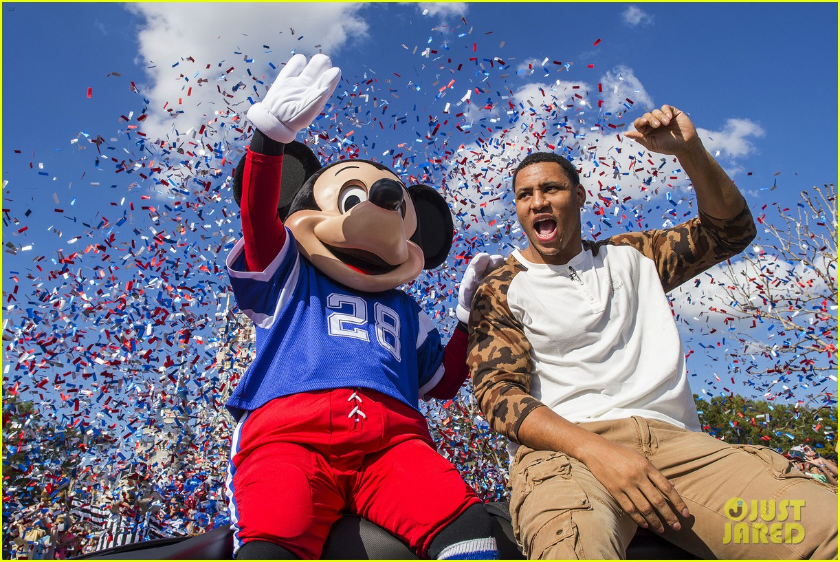 super bowl mvp malcolm smith visits disney world after big win 043046996