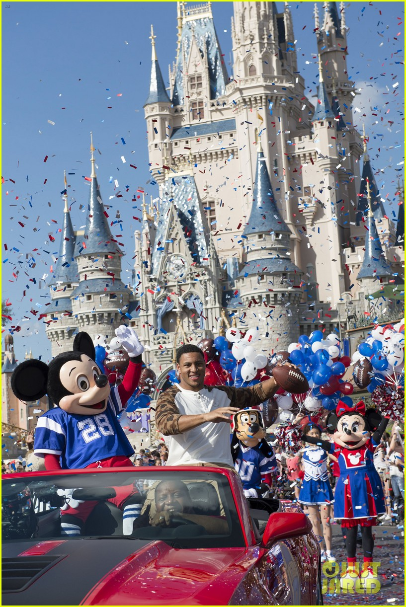 super bowl mvp malcolm smith visits disney world after big win 053046997
