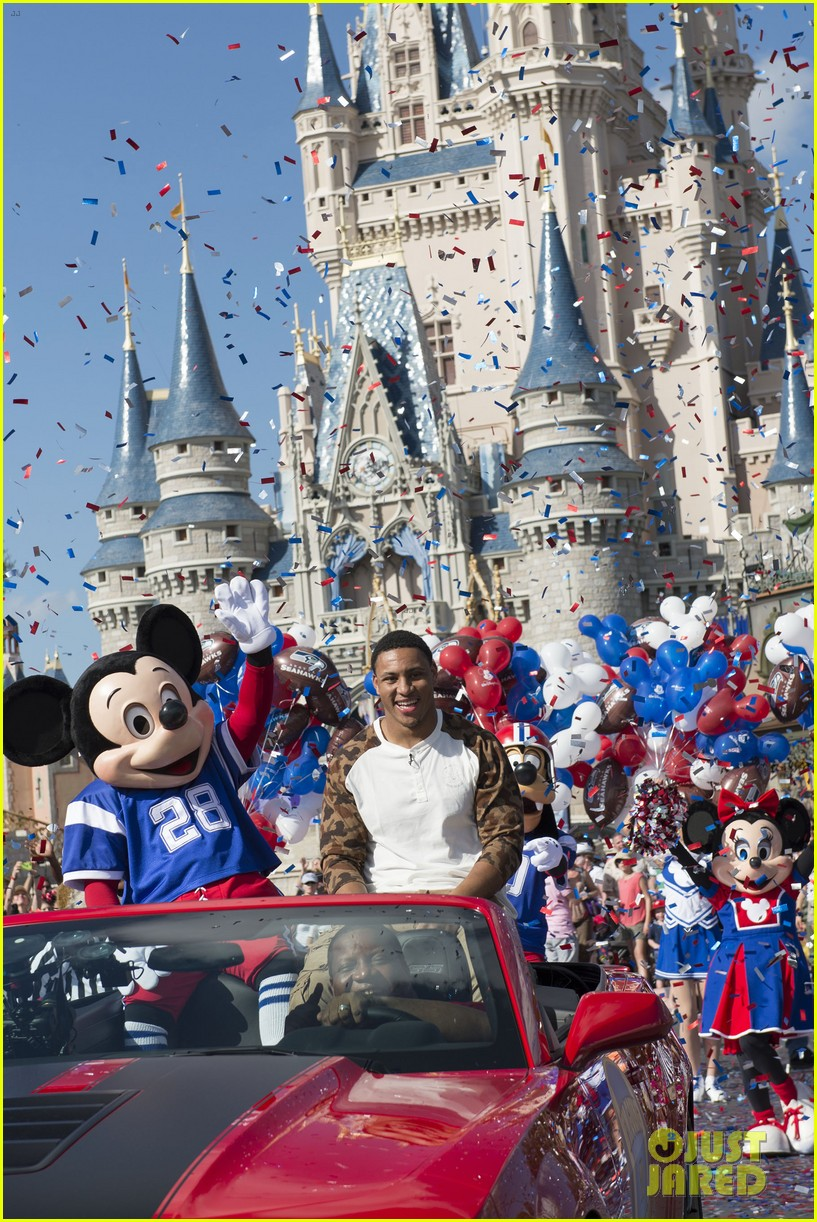 super bowl mvp malcolm smith visits disney world after big win 093047001
