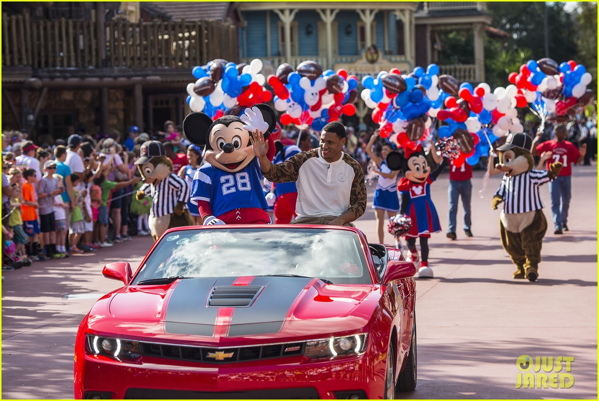 super bowl mvp malcolm smith visits disney world after big win 123047004