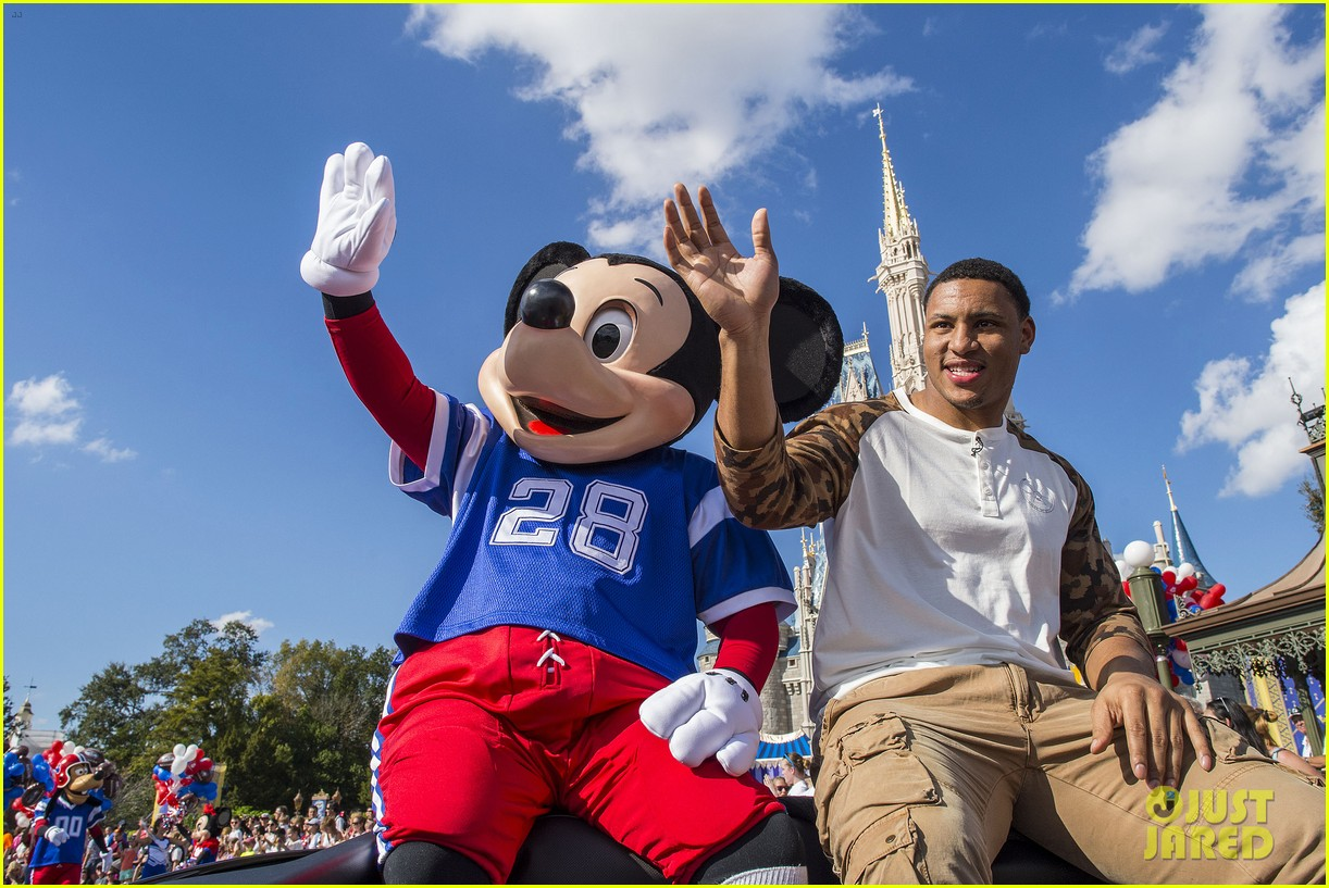 super bowl mvp malcolm smith visits disney world after big win 16