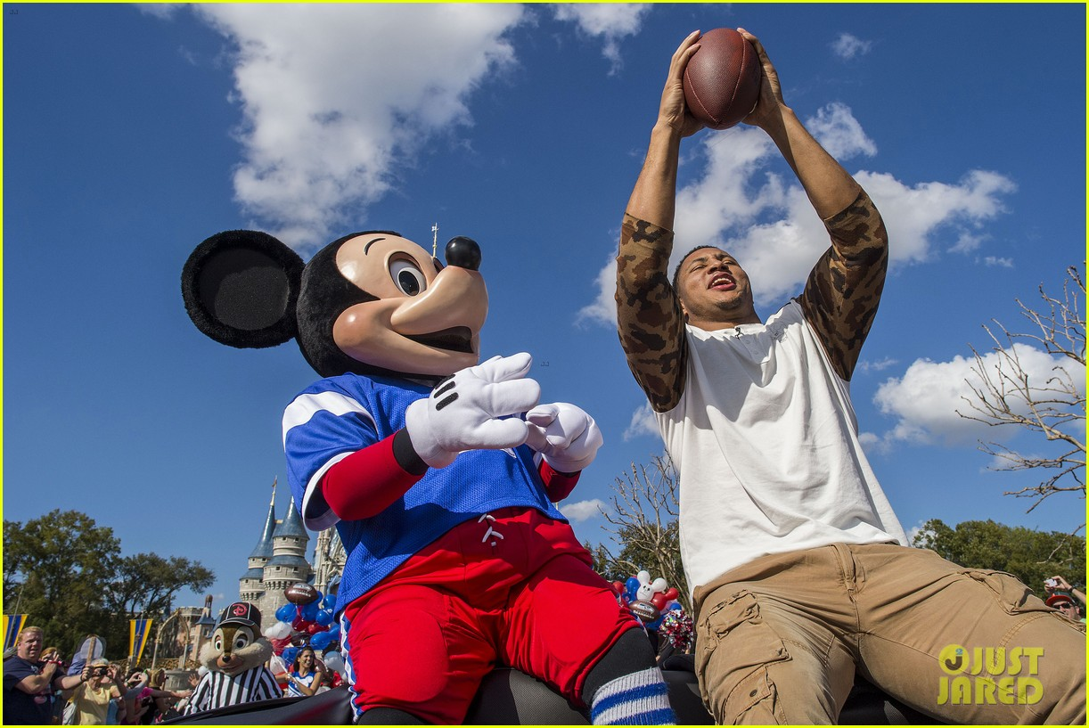 super bowl mvp malcolm smith visits disney world after big win 19