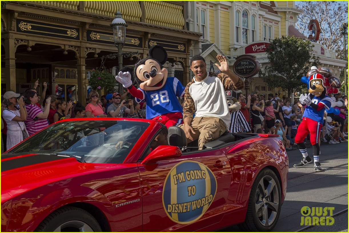 super bowl mvp malcolm smith visits disney world after big win 27