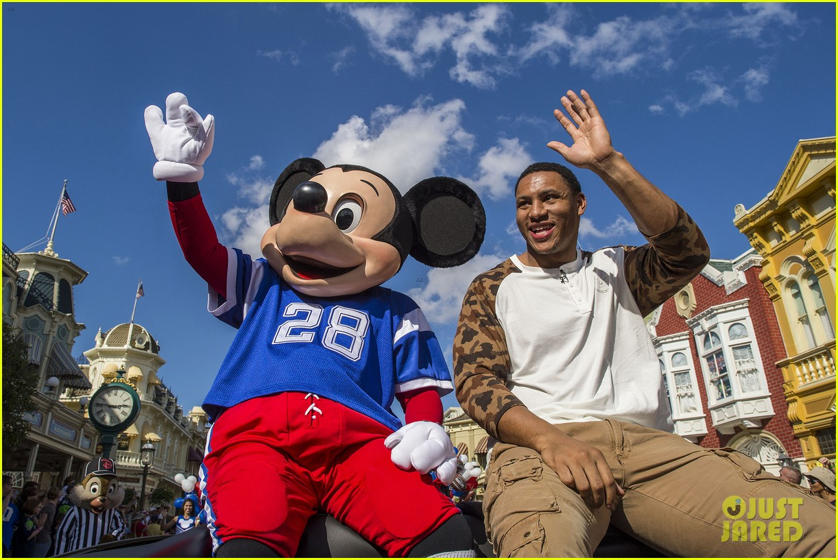 super bowl mvp malcolm smith visits disney world after big win 303047022