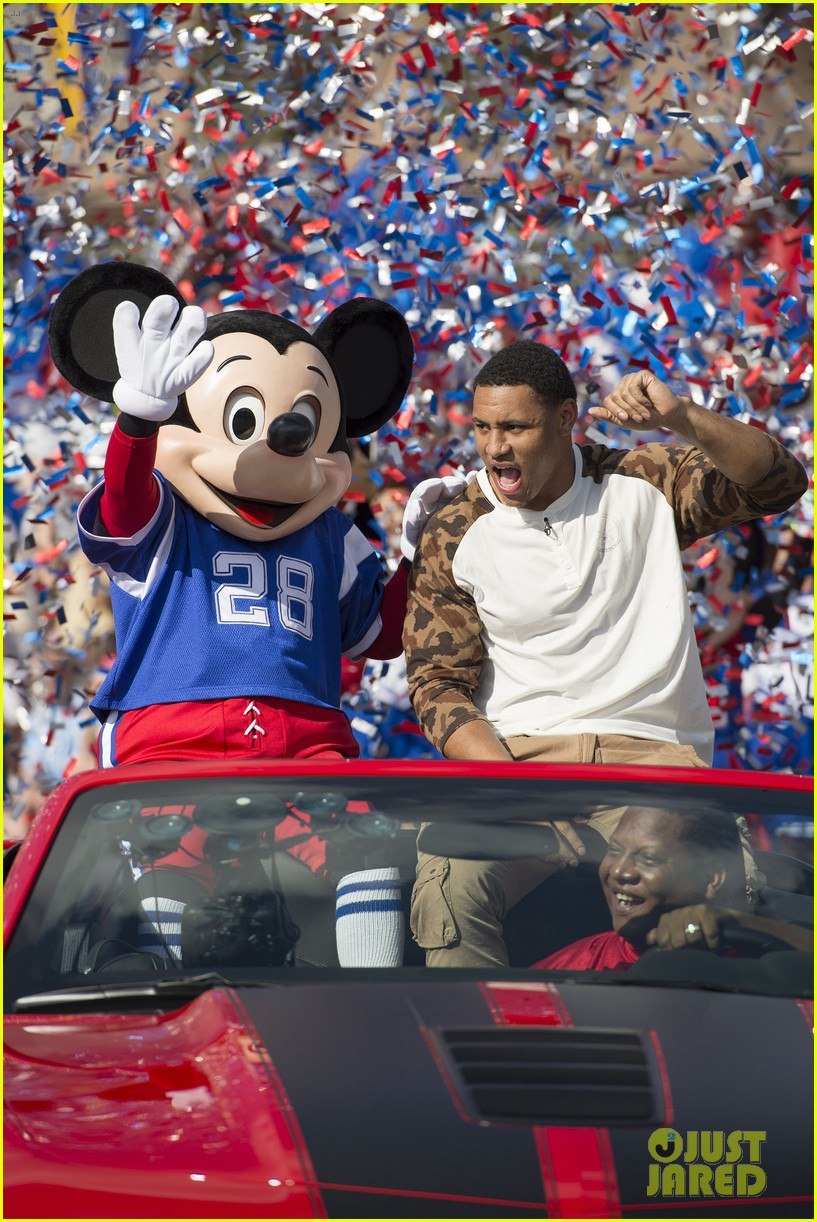 super bowl mvp malcolm smith visits disney world after big win 353047027