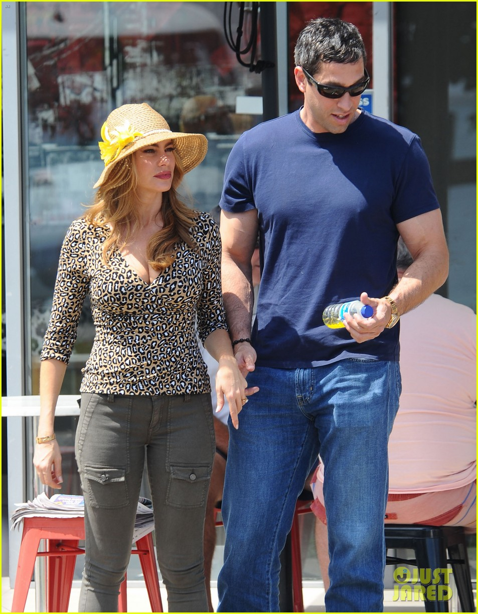 sofia vergara nick loeb sydney zoo trip with modern family co star 013059260