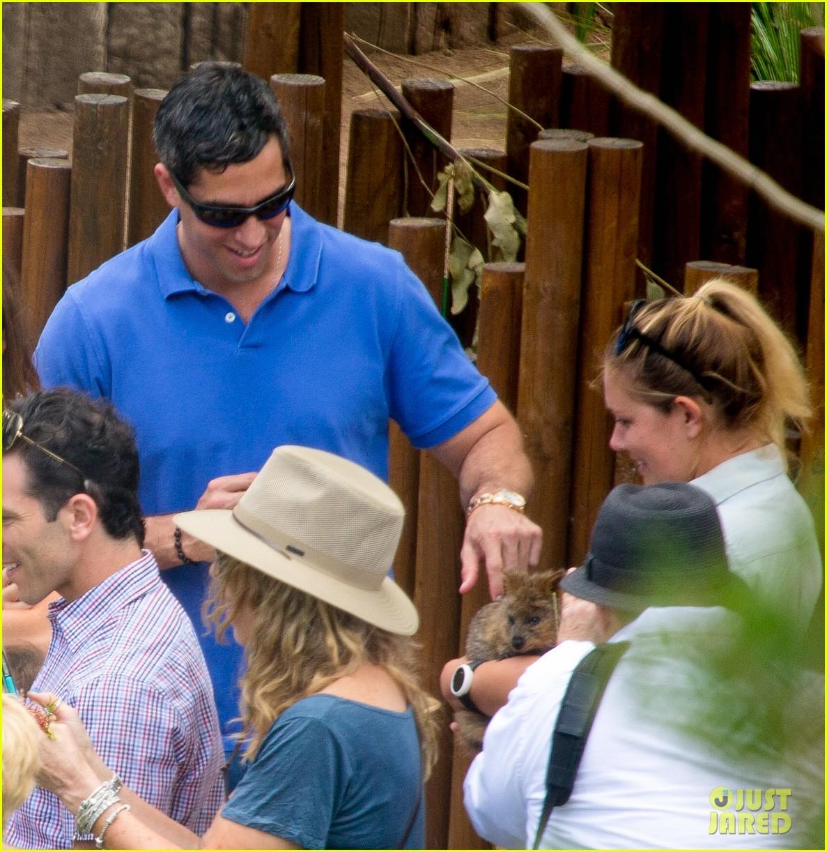 sofia vergara nick loeb sydney zoo trip with modern family co star 103059269