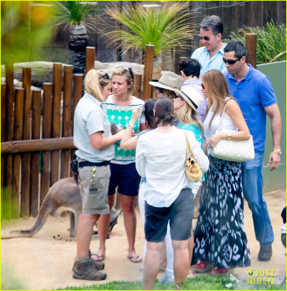sofia vergara nick loeb sydney zoo trip with modern family co star 11