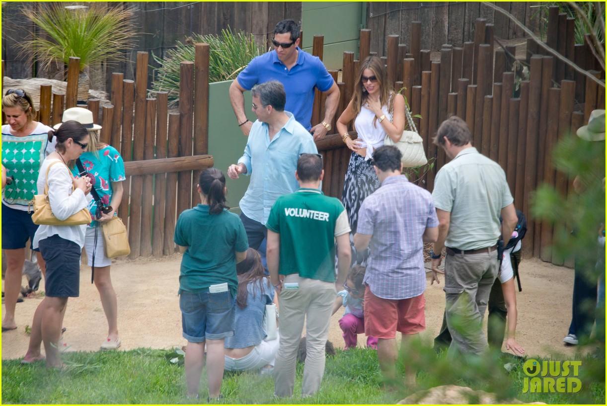 sofia vergara nick loeb sydney zoo trip with modern family co star 223059281