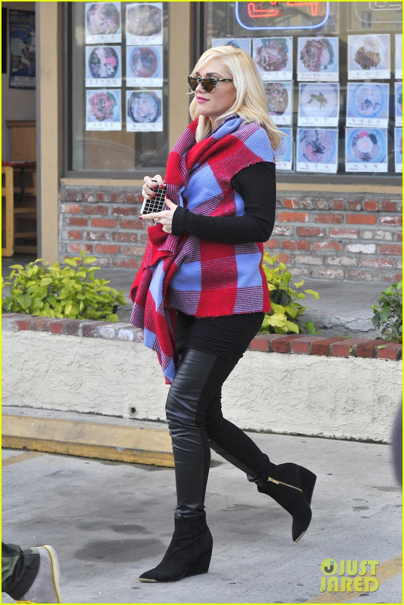 gwen stefani bundles up baby bump after acupuncture 09