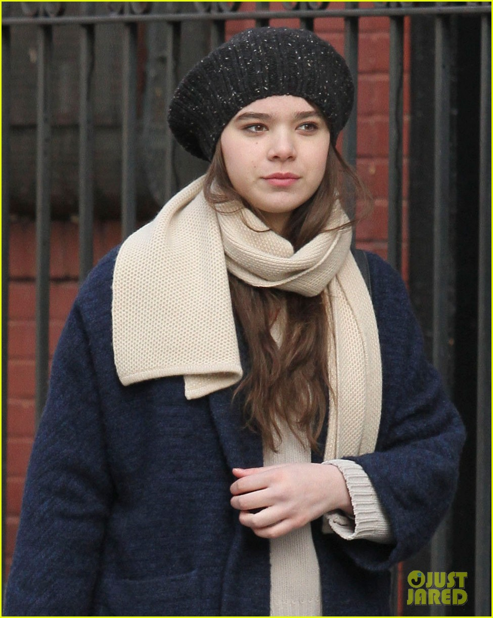 hailee steinfeld caught smoking dont worry its fake 023048154