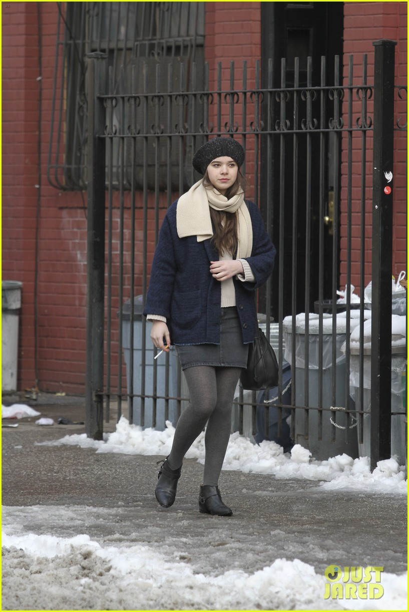 hailee steinfeld caught smoking dont worry its fake 053048157