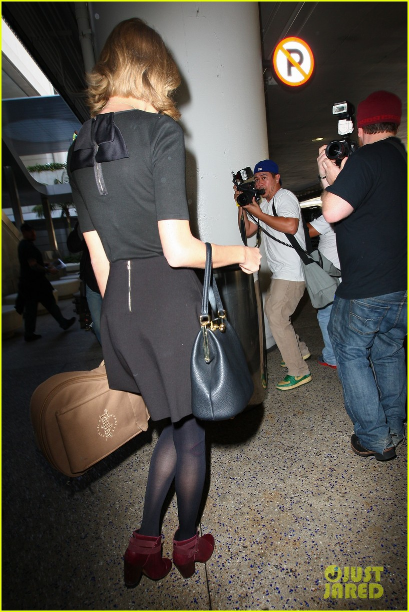 taylor swift shows off her new short hair at the airport 023052232