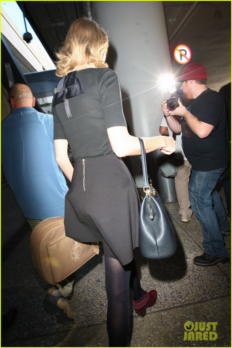 taylor swift shows off her new short hair at the airport 253052255