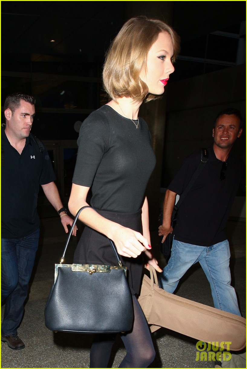 taylor swift shows off her new short hair at the airport 273052257
