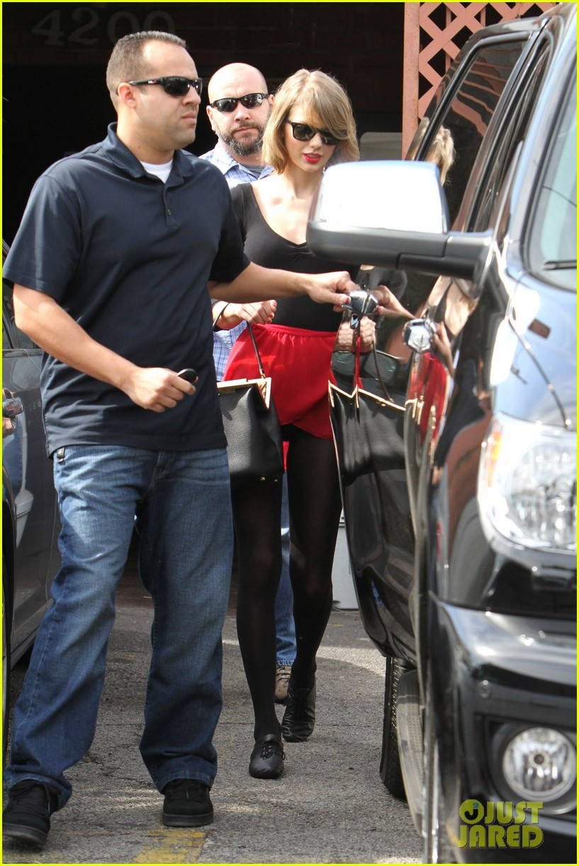 taylor swift wears her signature color to dance class 033057279