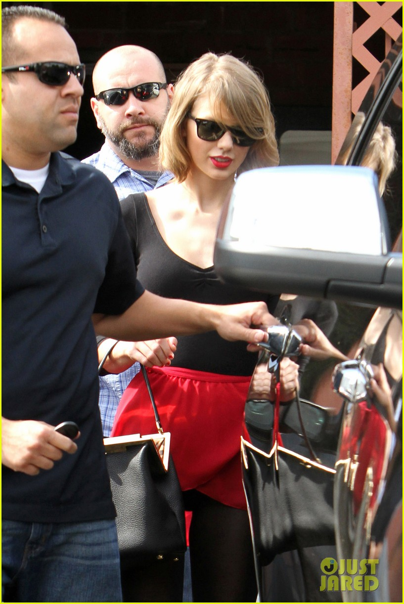 taylor swift wears her signature color to dance class 043057280