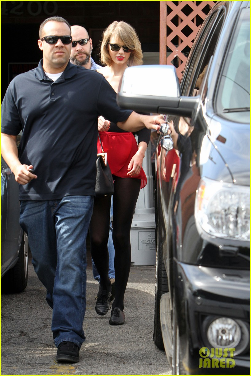 taylor swift wears her signature color to dance class 073057283