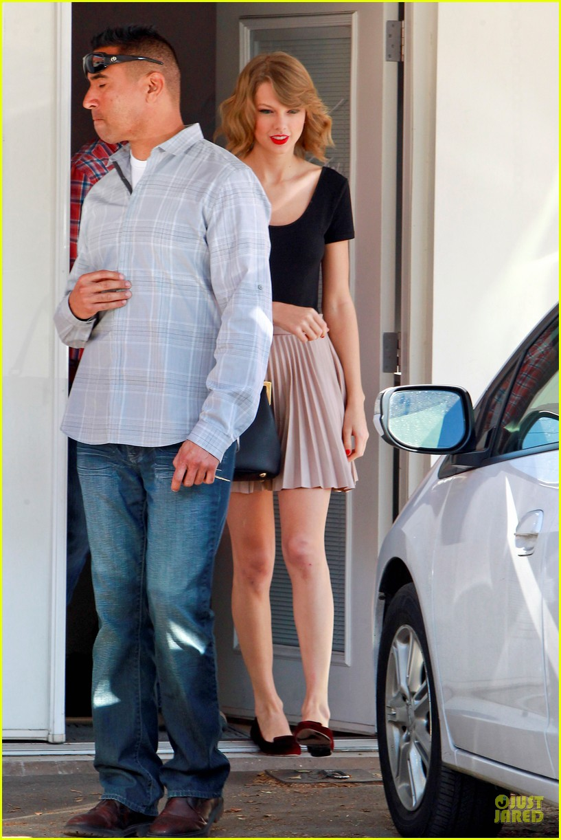 taylor swift kicks off valentines day with dance class 073053437
