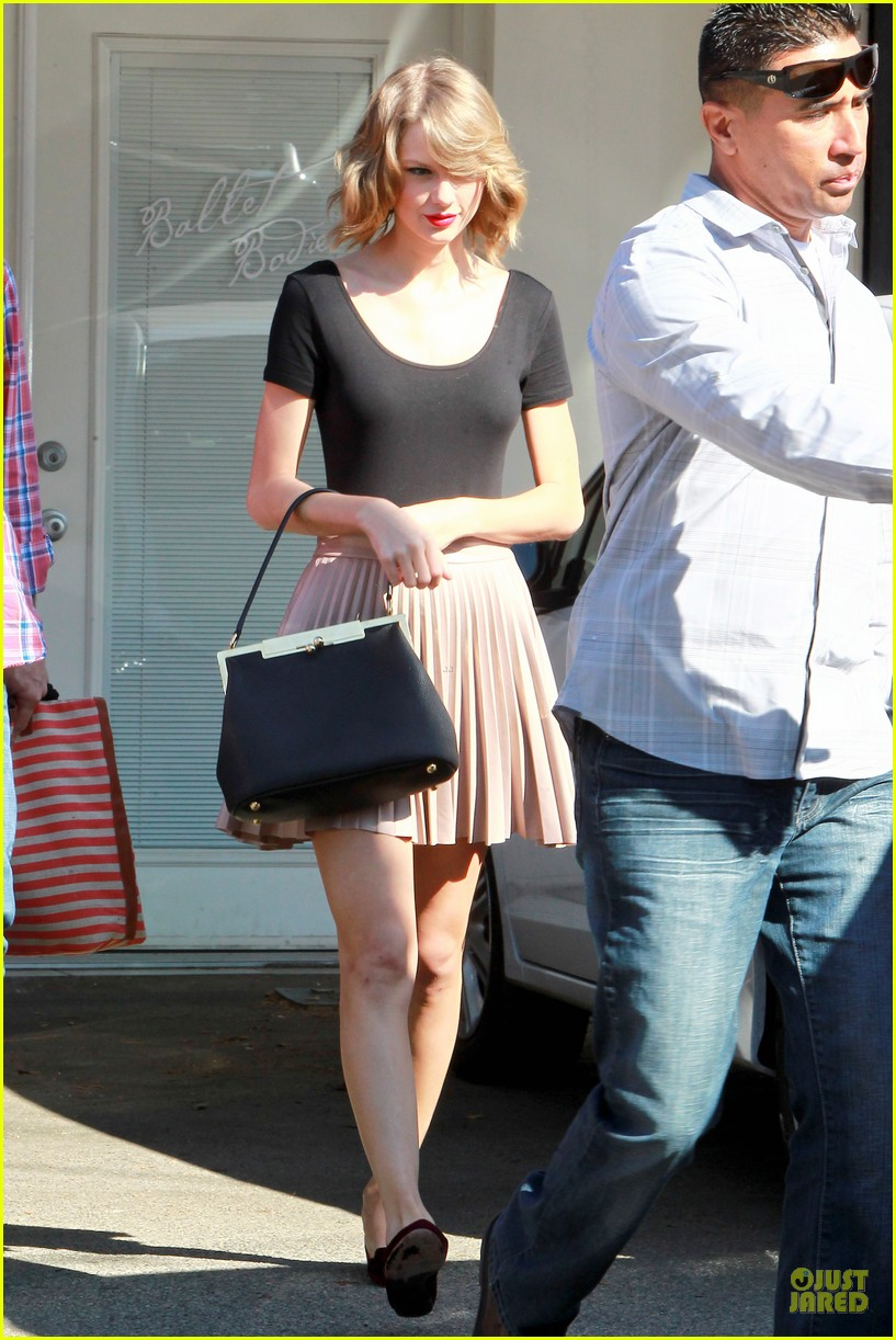 taylor swift kicks off valentines day with dance class 08