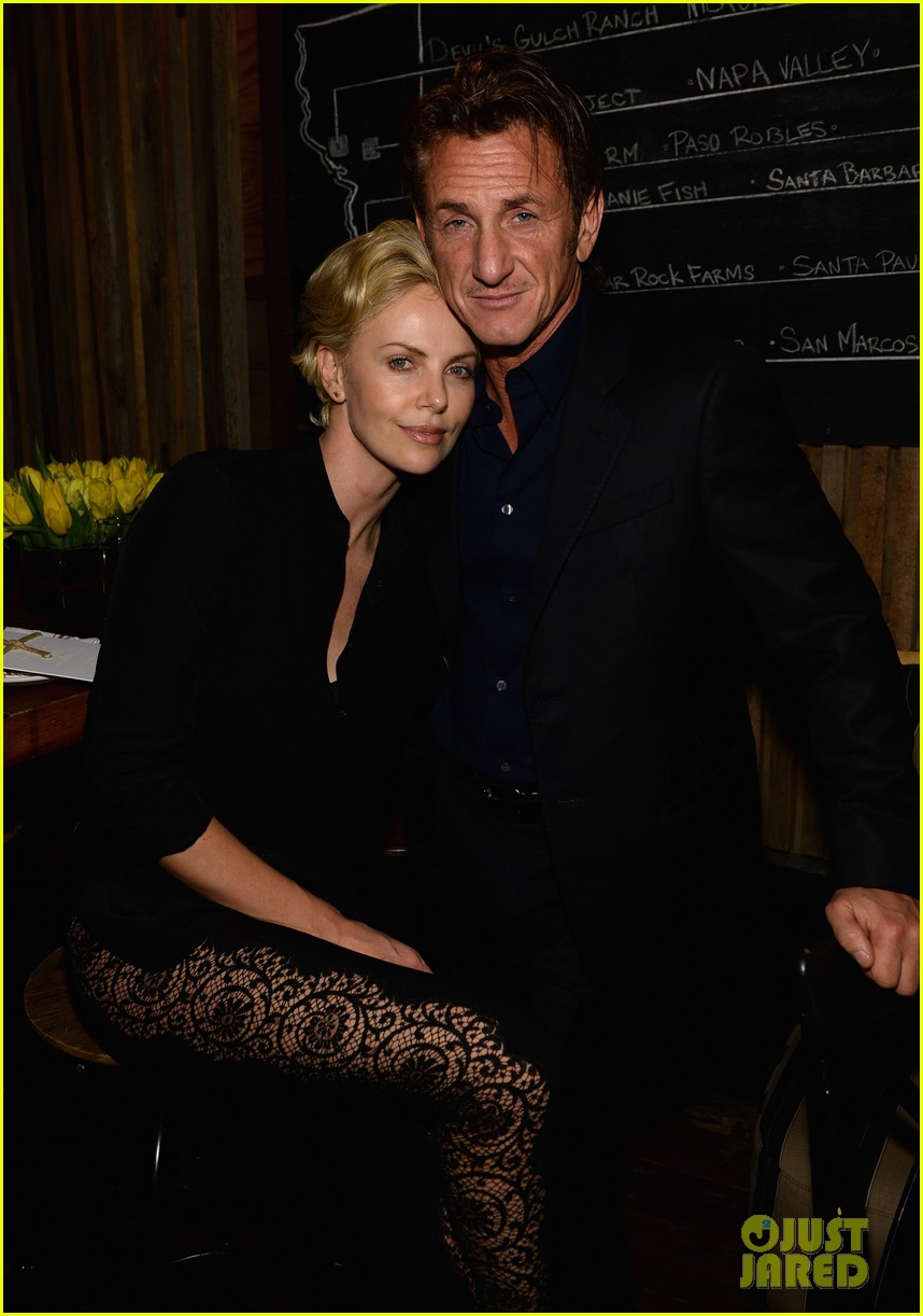 charlize theron lays on sean penns shoulder at pre oscars party 013062045
