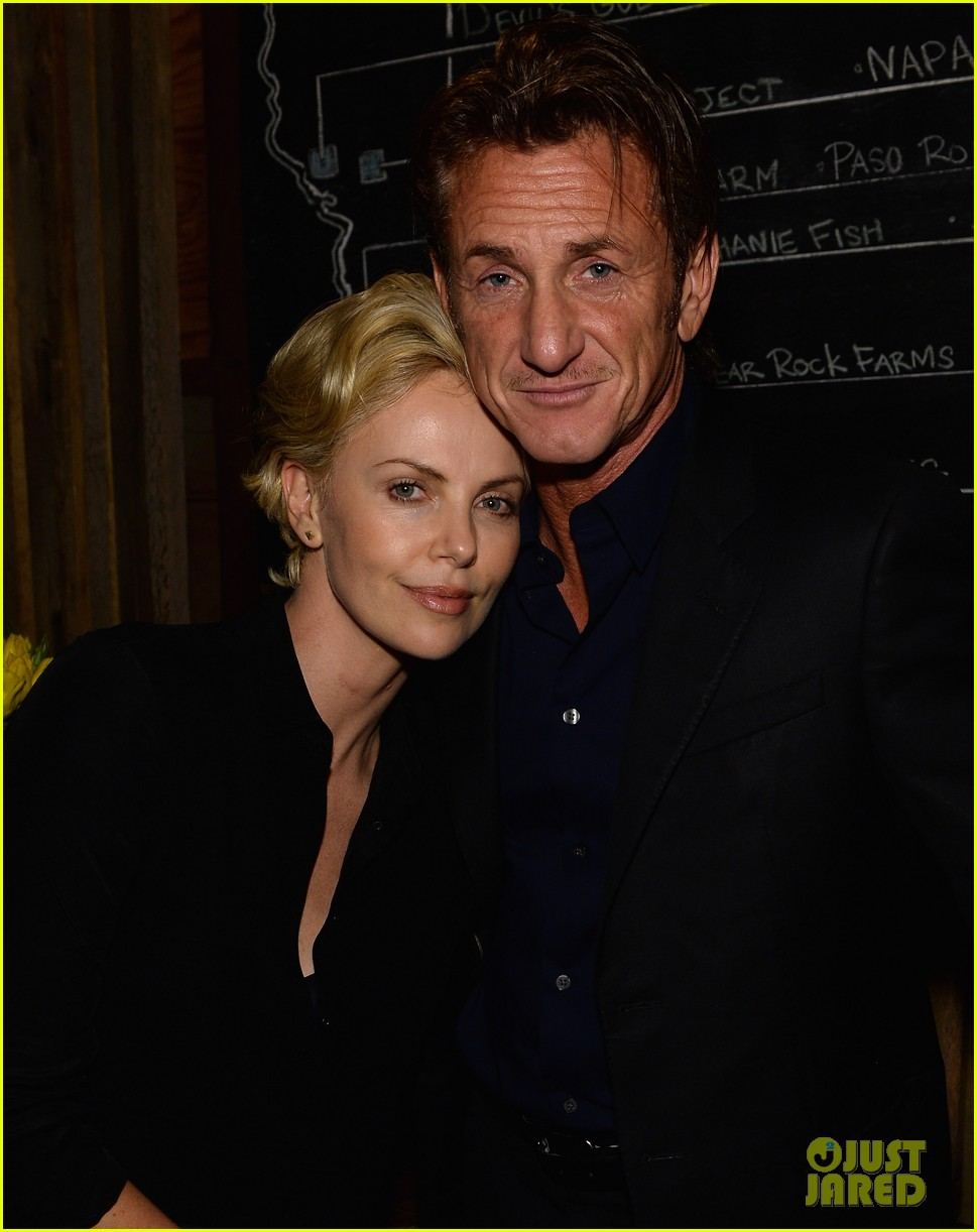 charlize theron lays on sean penns shoulder at pre oscars party 073062051