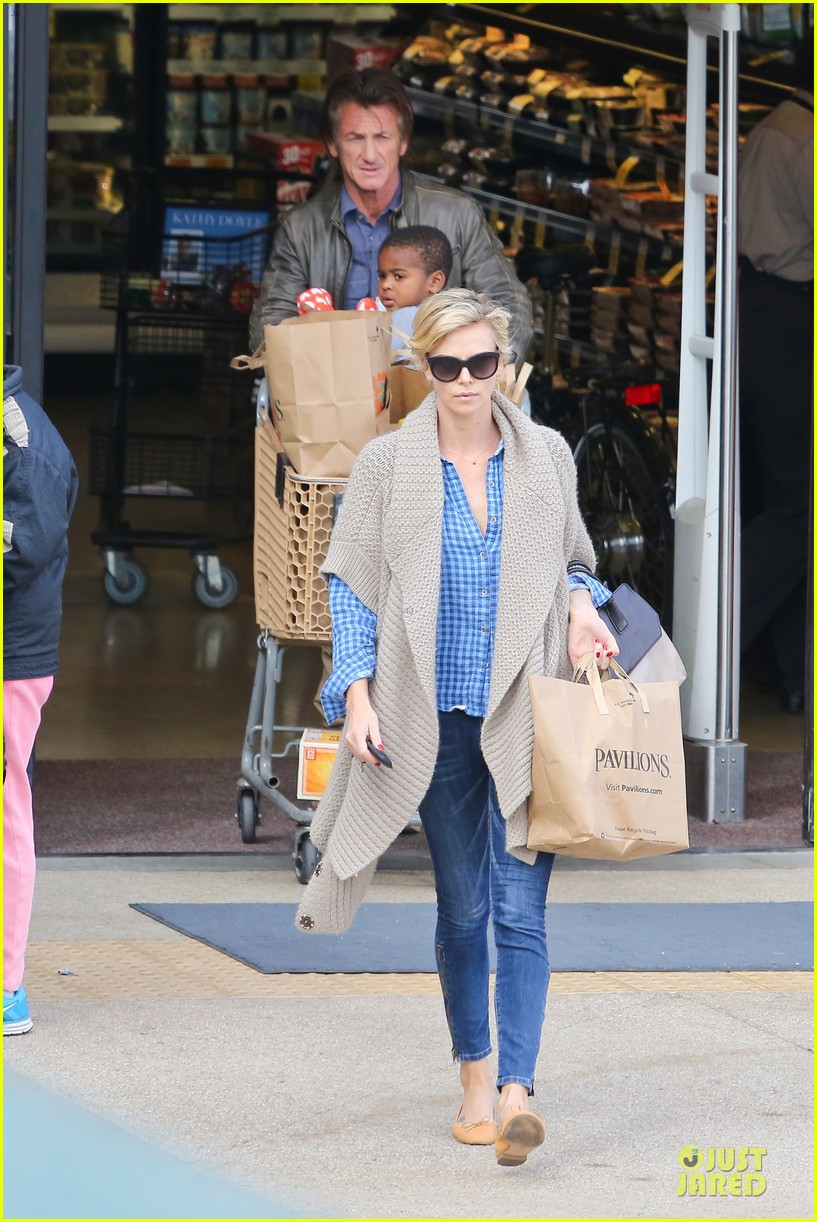 charlize theron sean penn grocery stop before the super bowl 013046491