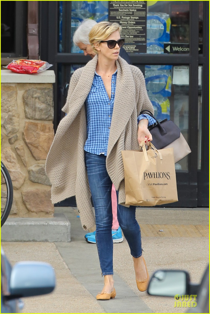 charlize theron sean penn grocery stop before the super bowl 033046493