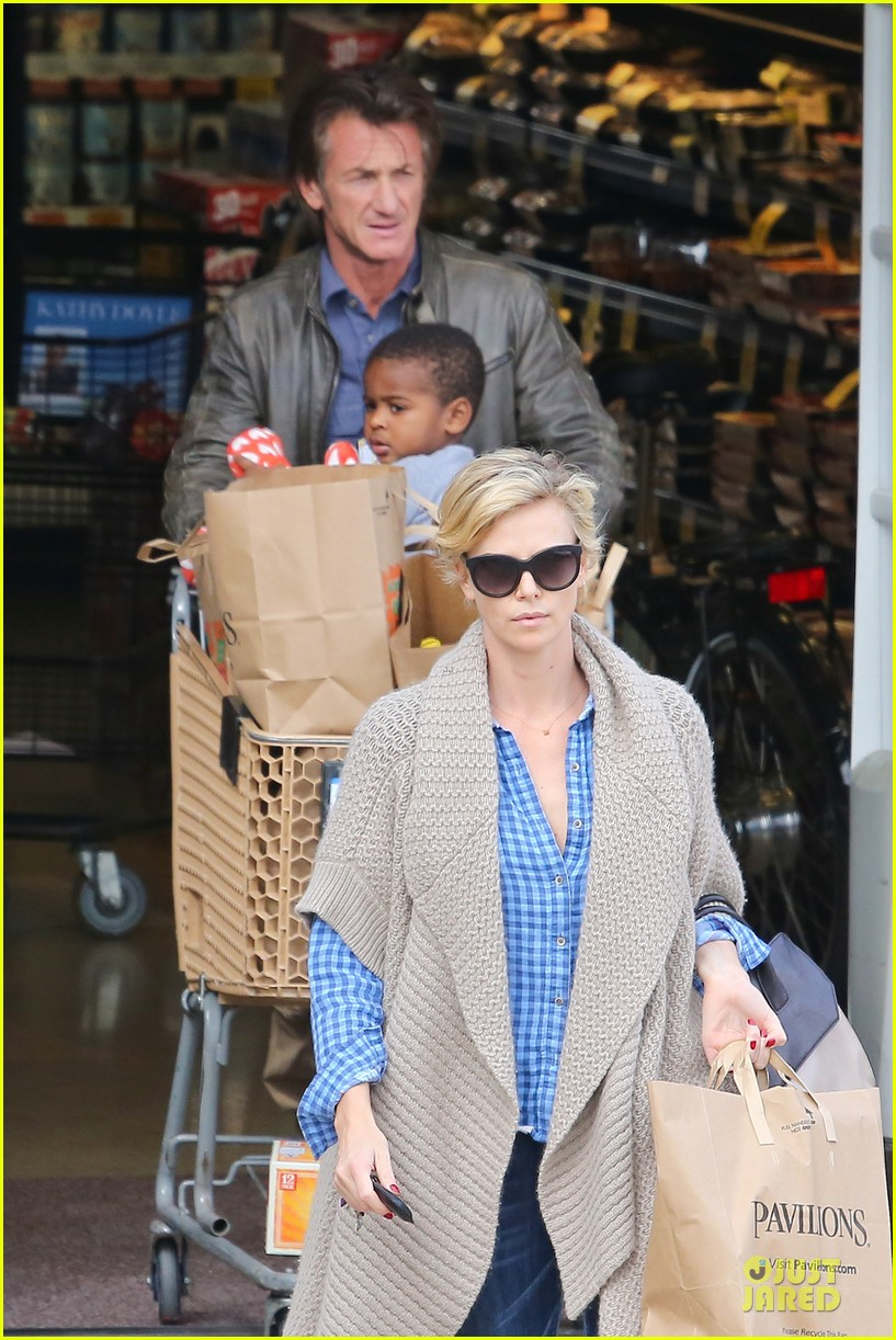 charlize theron sean penn grocery stop before the super bowl 043046494