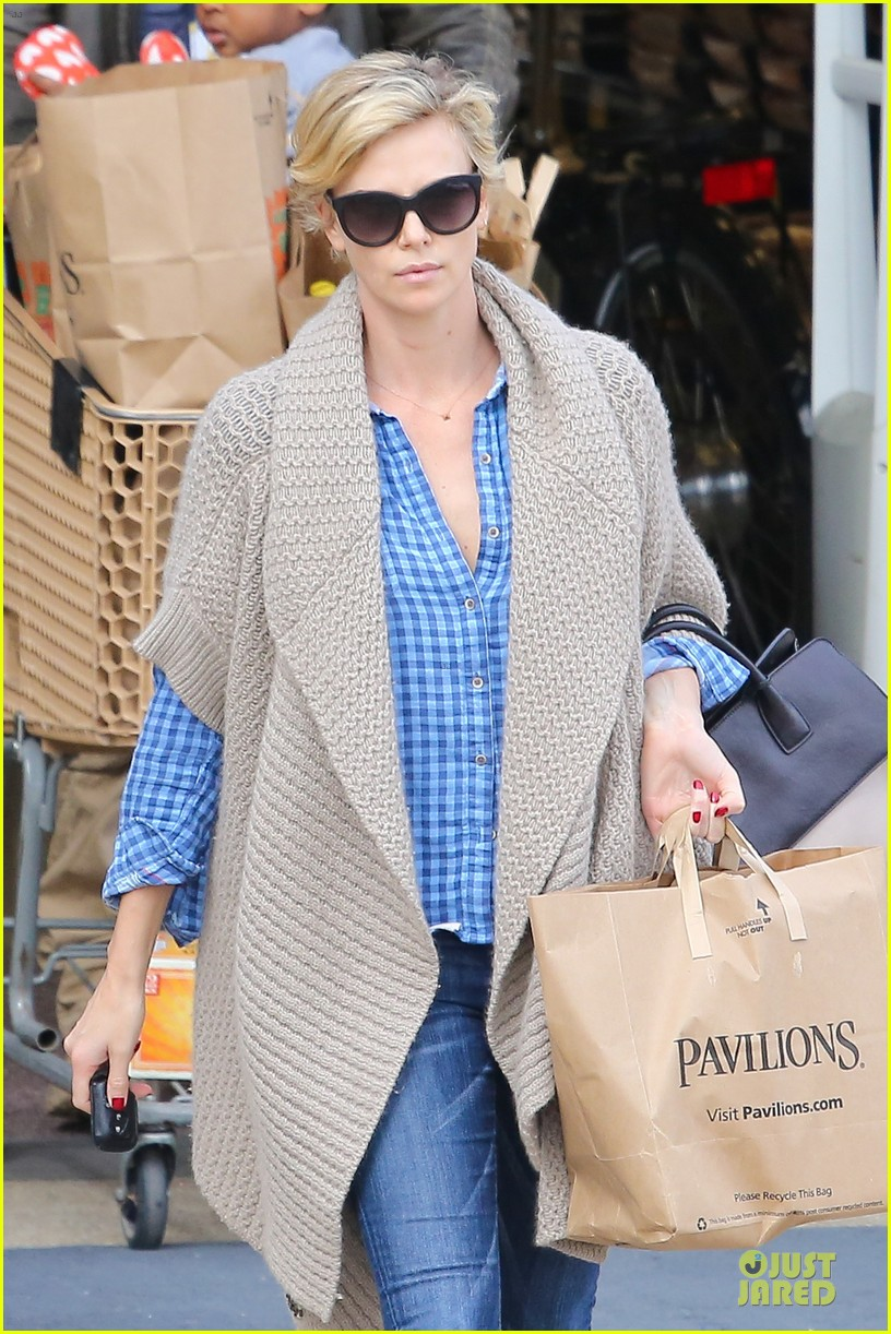 charlize theron sean penn grocery stop before the super bowl 063046496