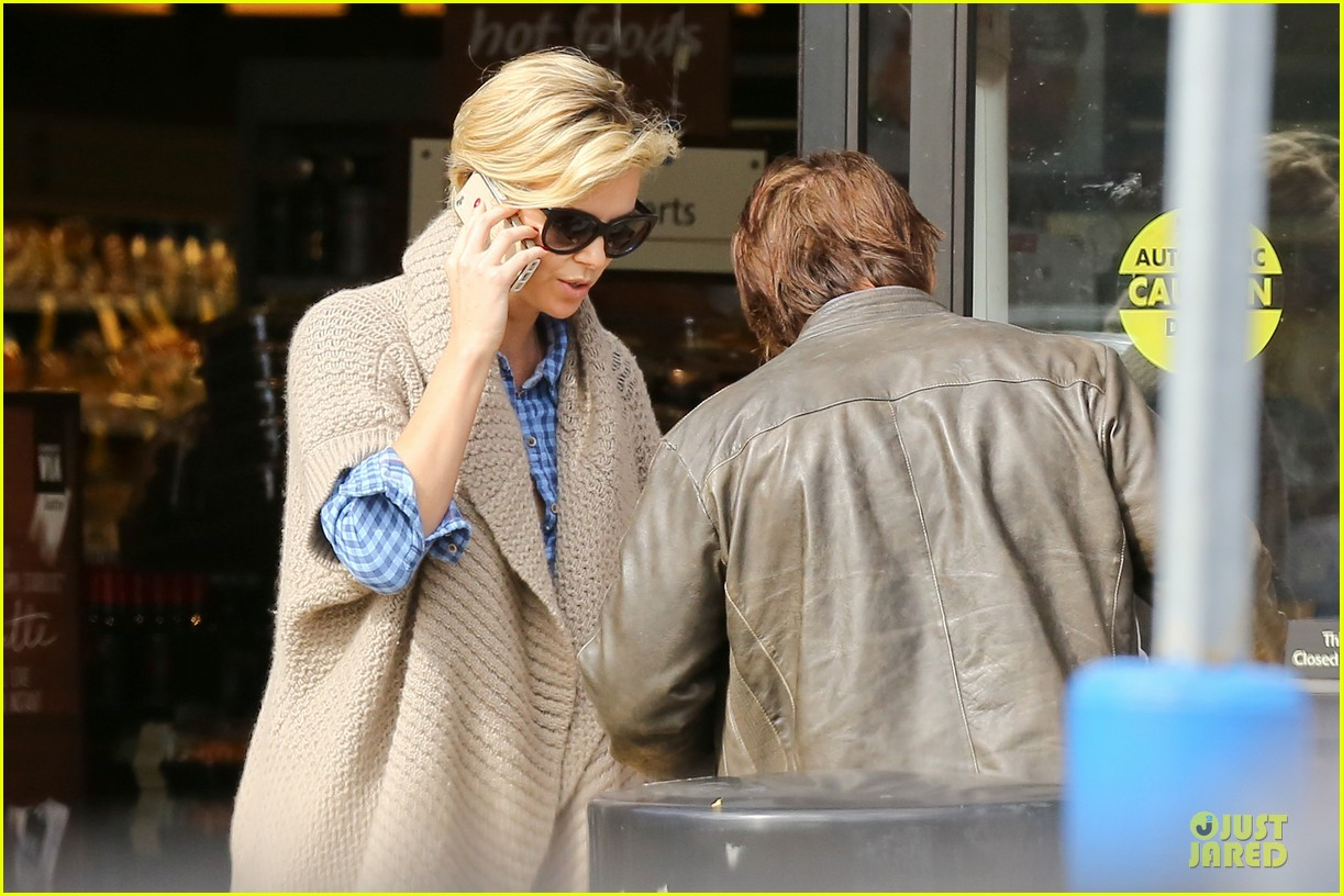 charlize theron sean penn grocery stop before the super bowl 083046498
