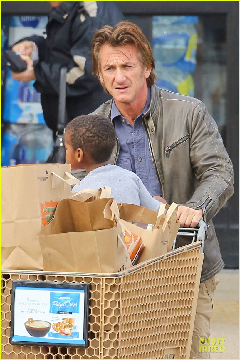 charlize theron sean penn grocery stop before the super bowl 143046504
