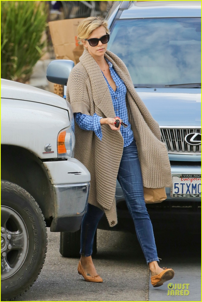charlize theron sean penn grocery stop before the super bowl 153046505