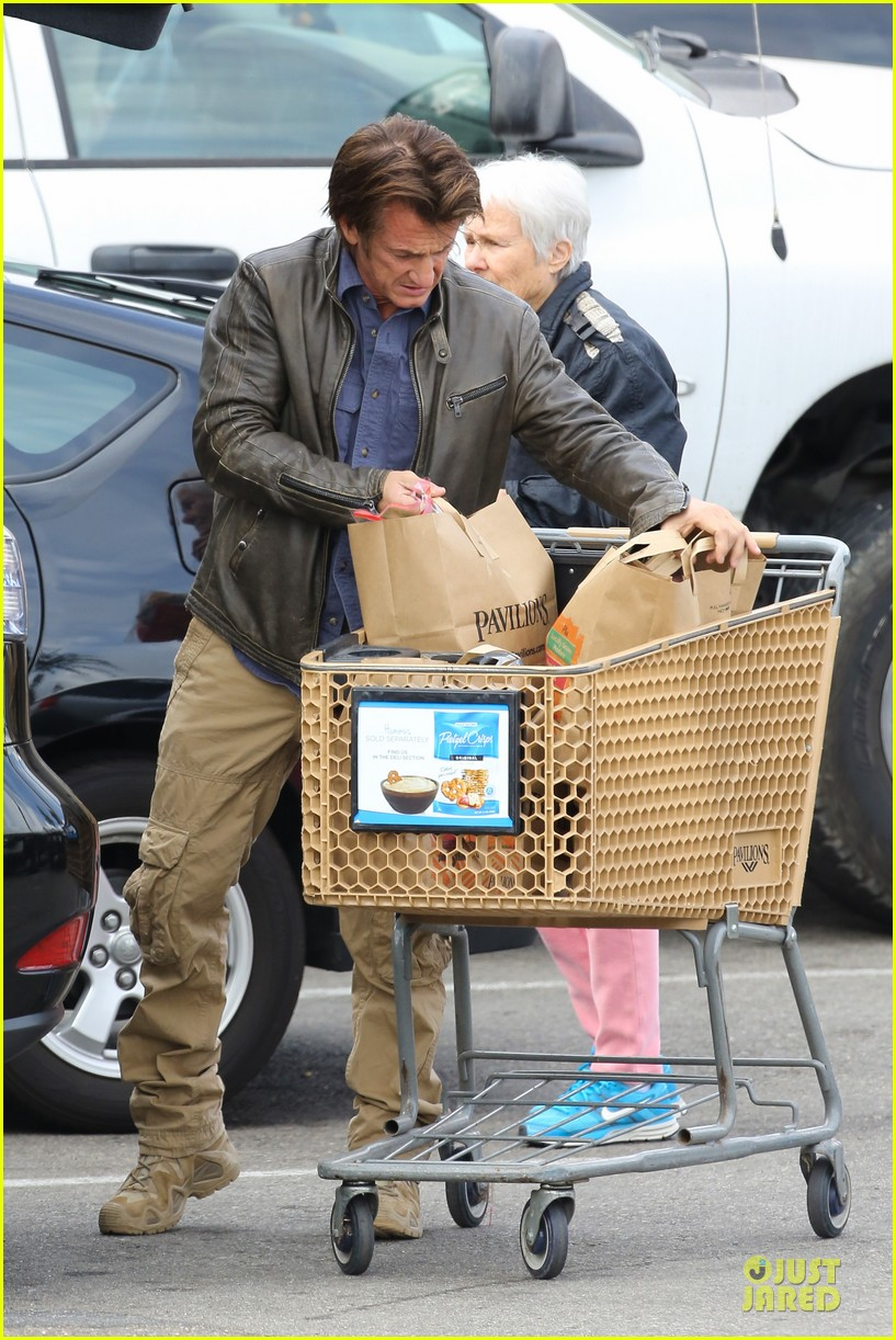 charlize theron sean penn grocery stop before the super bowl 193046509