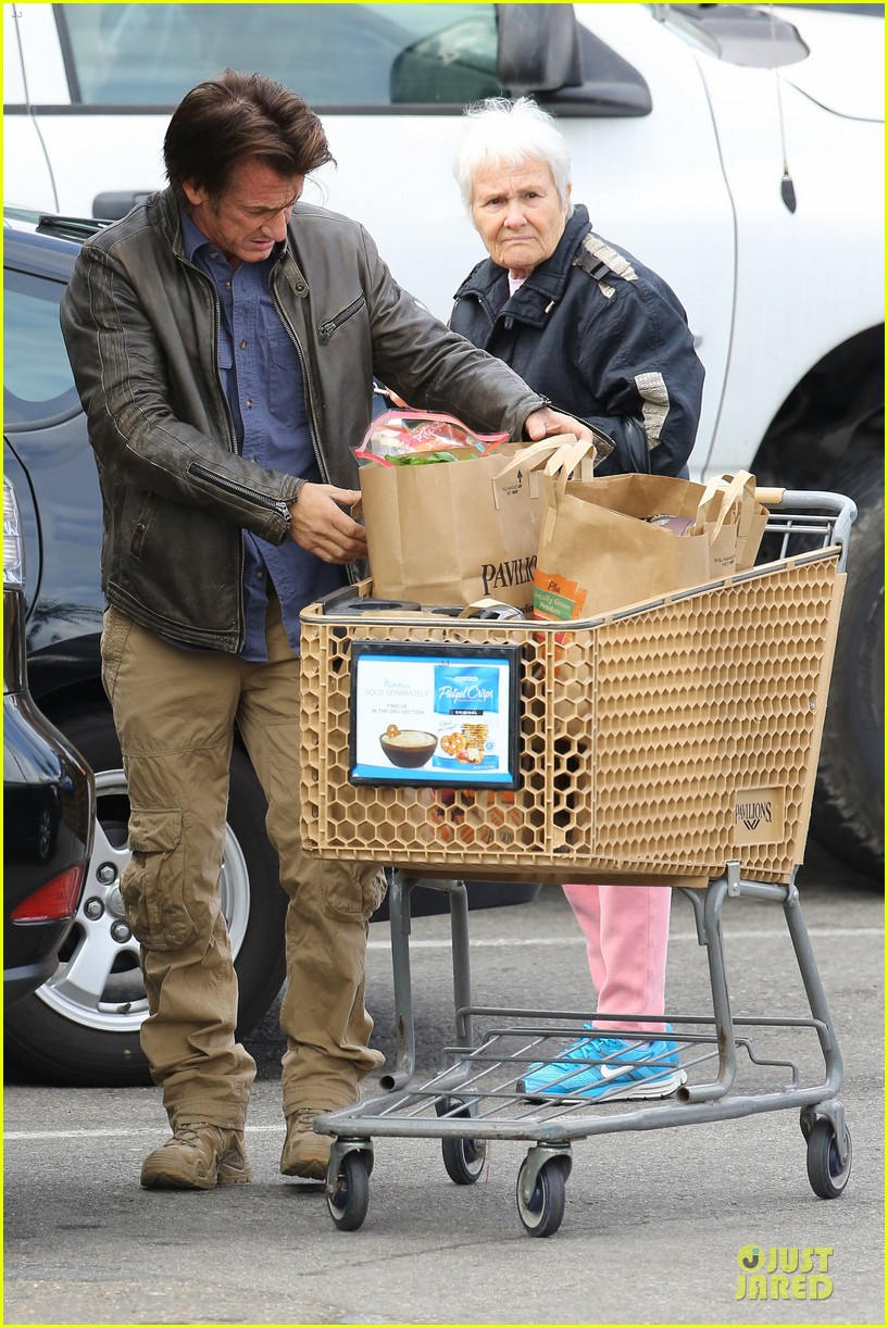 charlize theron sean penn grocery stop before the super bowl 313046521