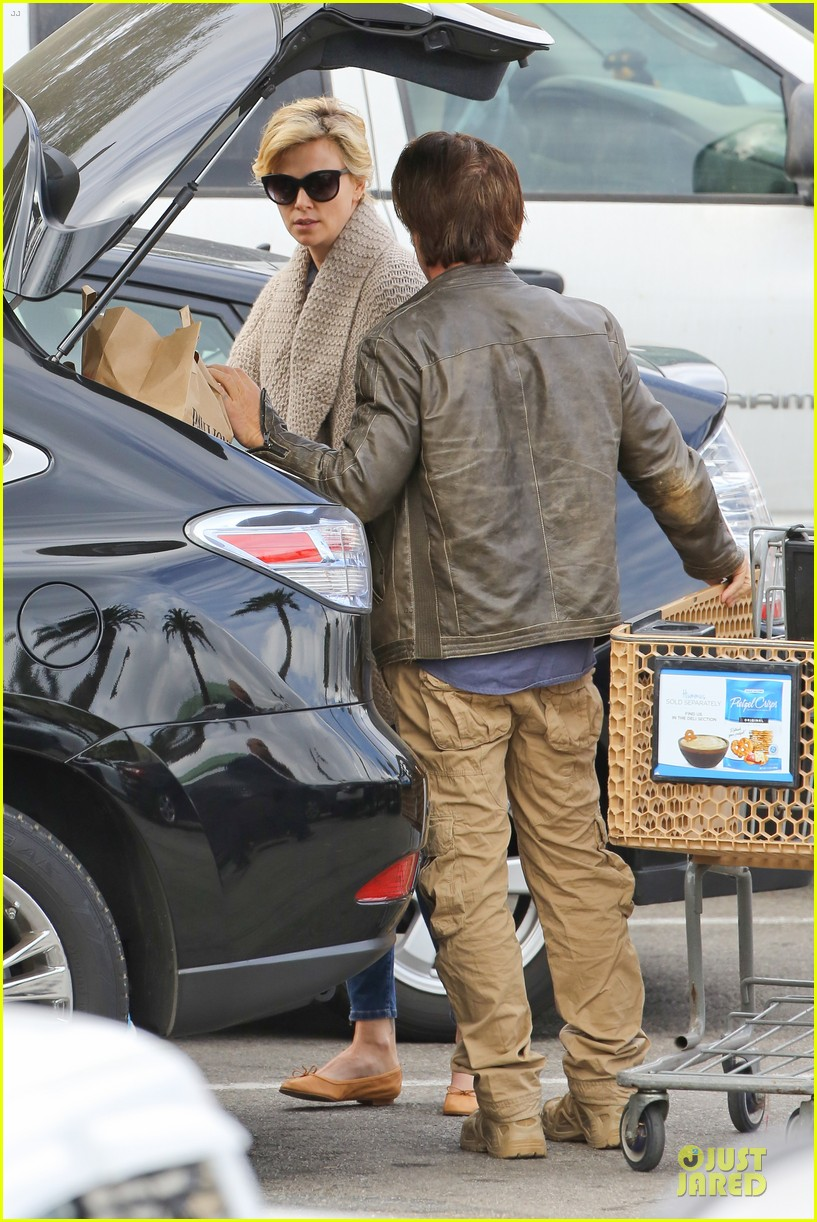 charlize theron sean penn grocery stop before the super bowl 32