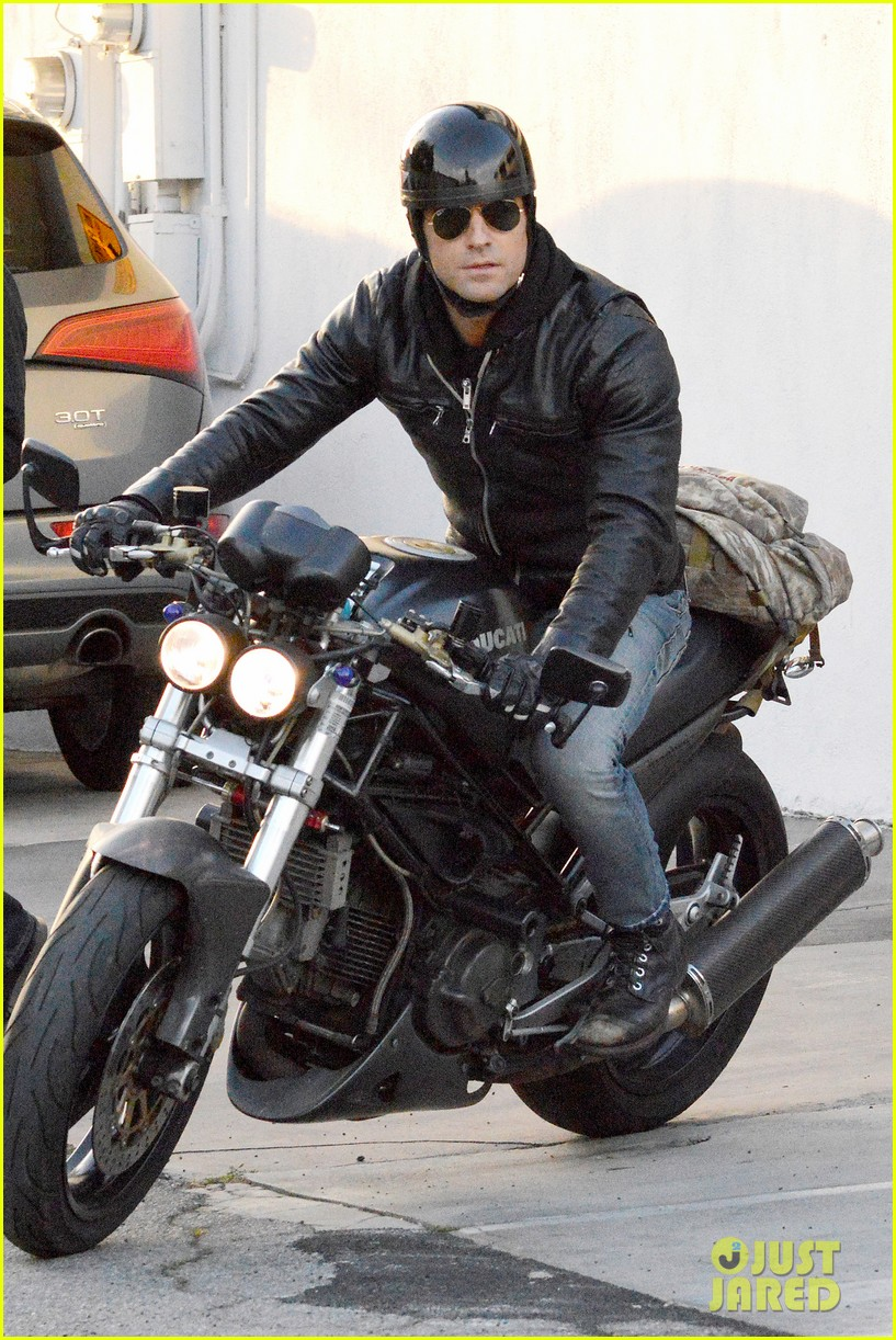 justin theroux takes his ducati for a spin 013060908