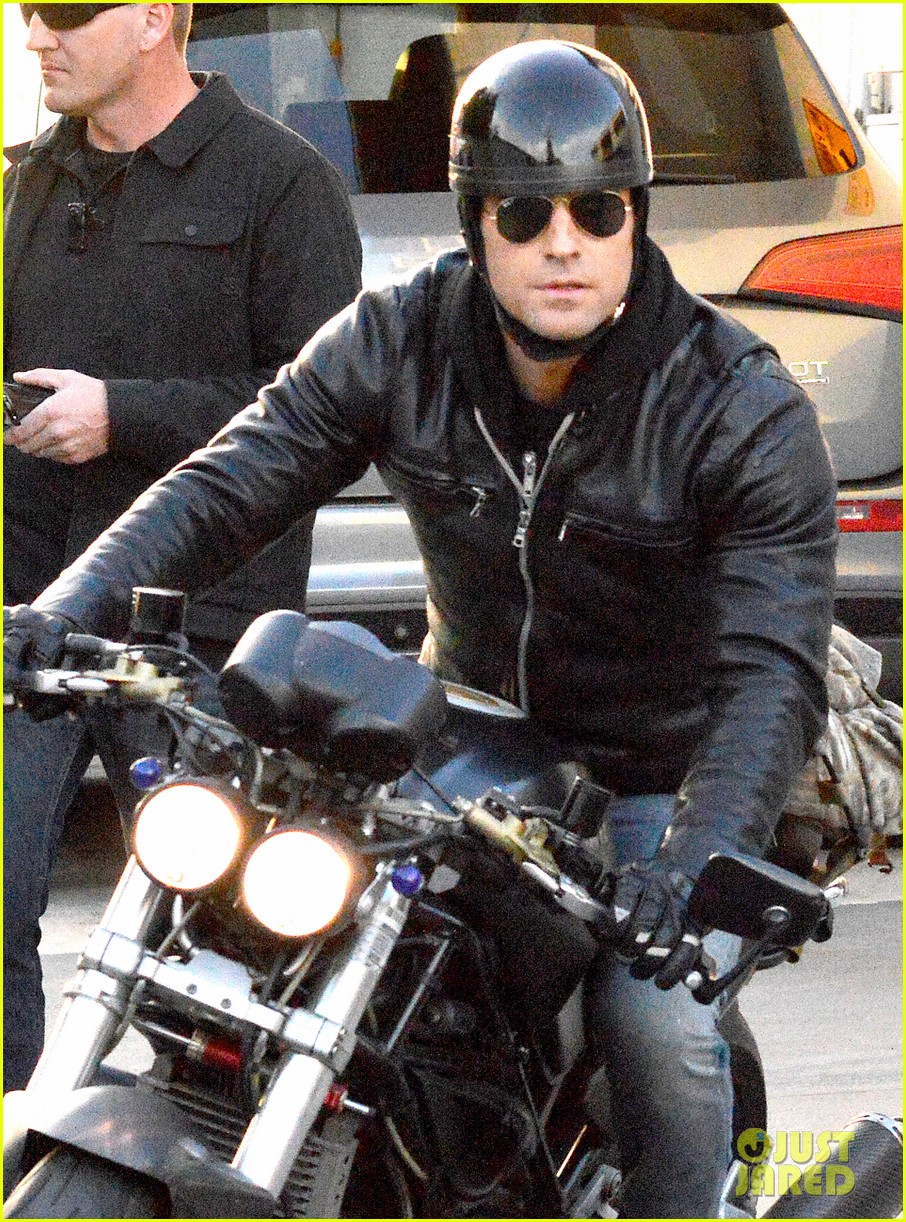justin theroux takes his ducati for a spin 023060909