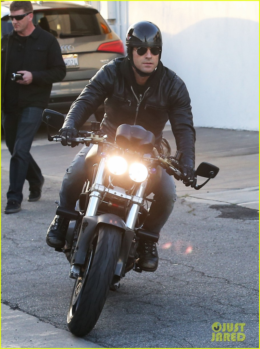 justin theroux takes his ducati for a spin 033060910