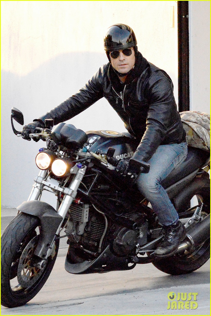 justin theroux takes his ducati for a spin 073060914