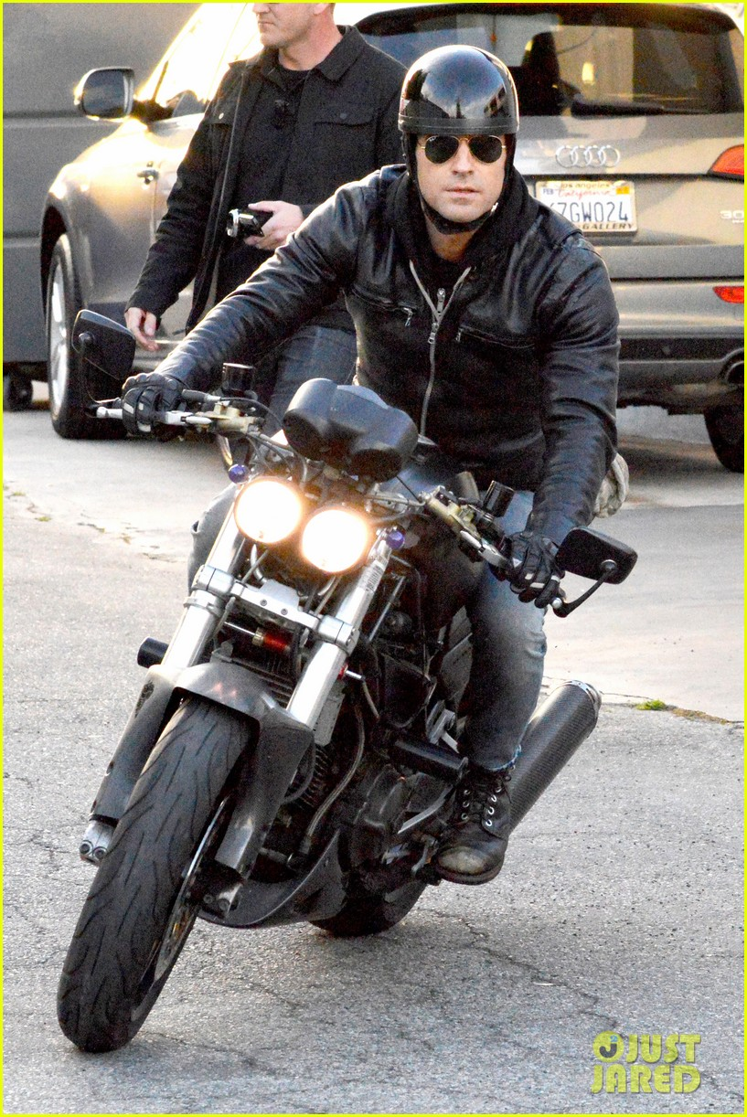 justin theroux takes his ducati for a spin 083060915