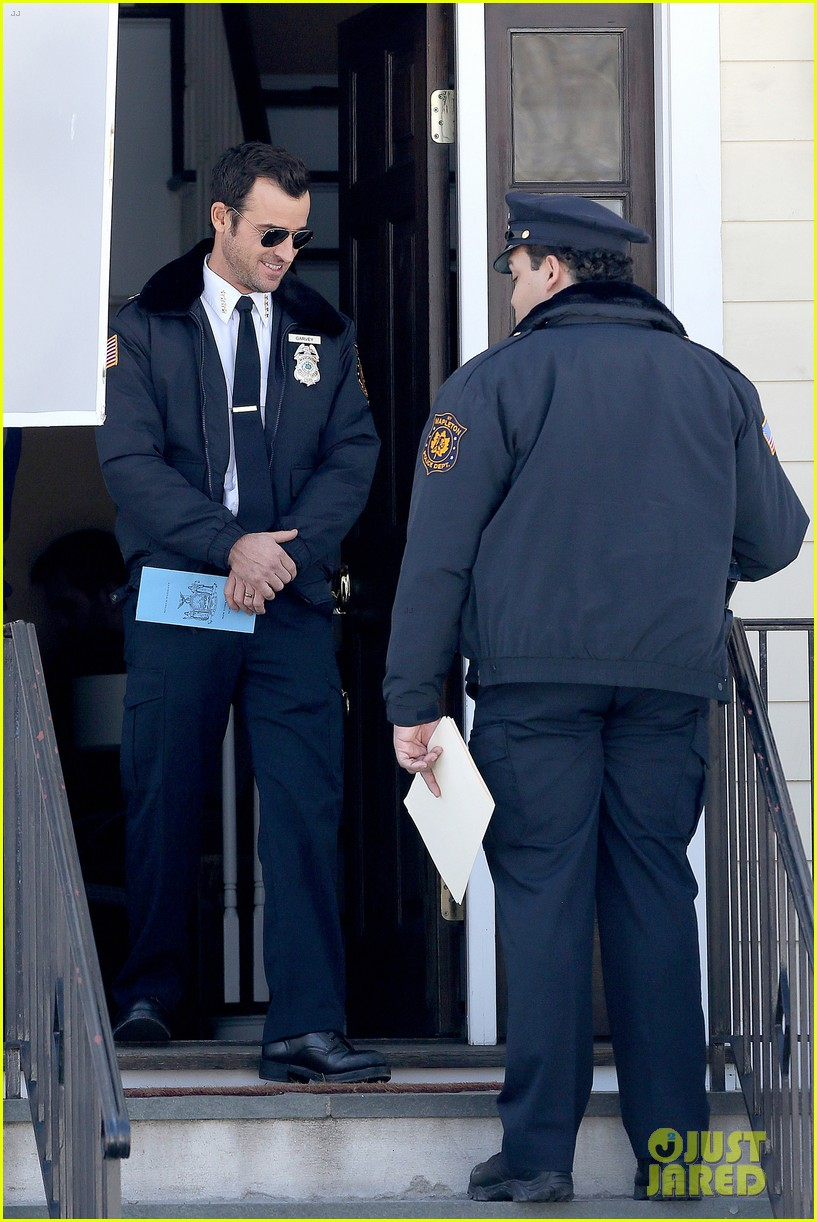 justin theroux looks mighty fine in his police uniform 05