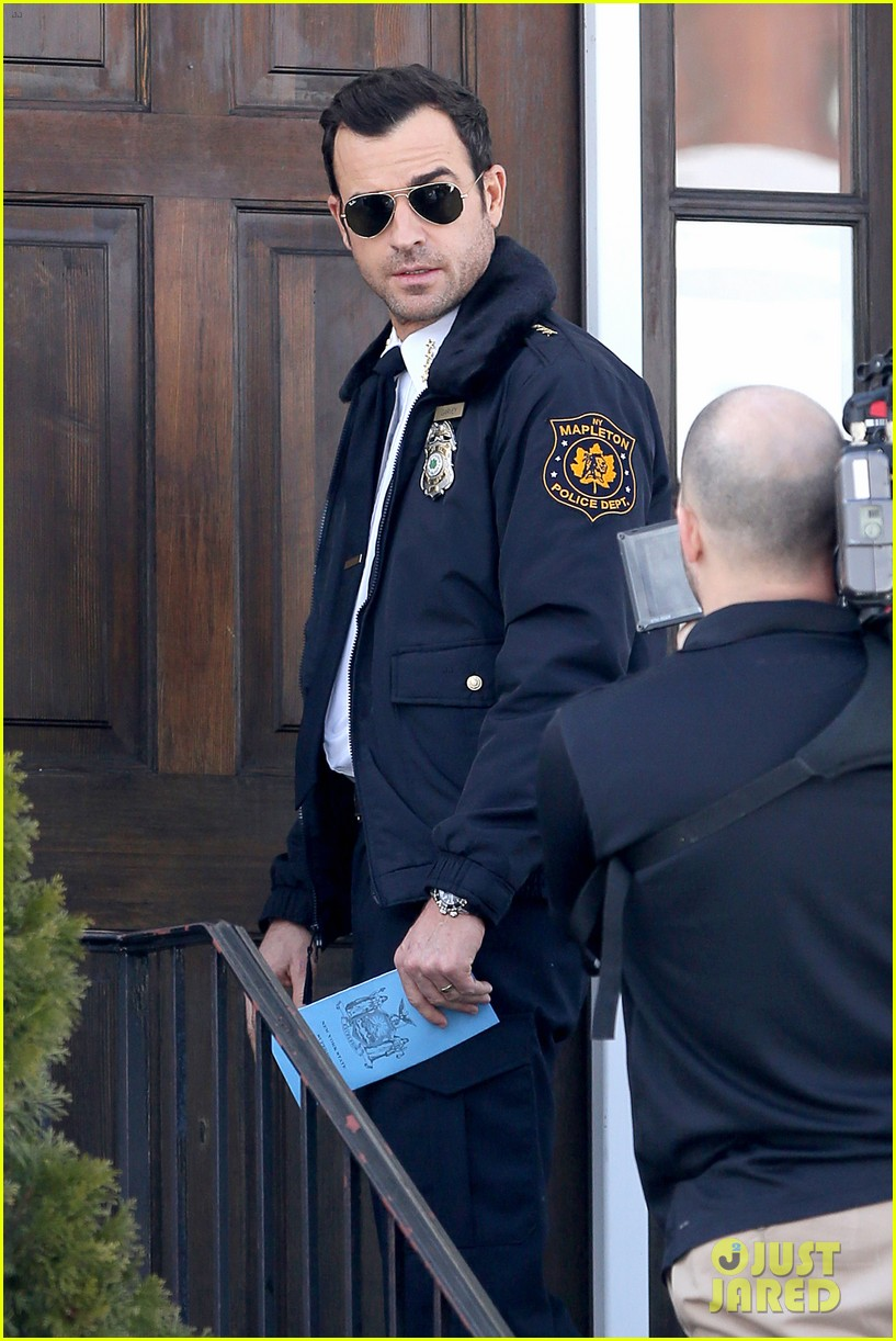 justin theroux looks mighty fine in his police uniform 063057467
