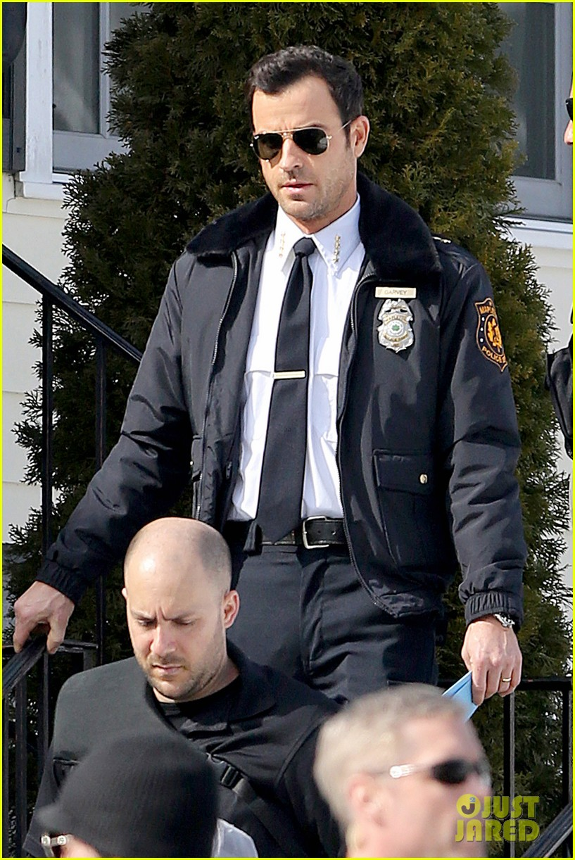 justin theroux looks mighty fine in his police uniform 073057468