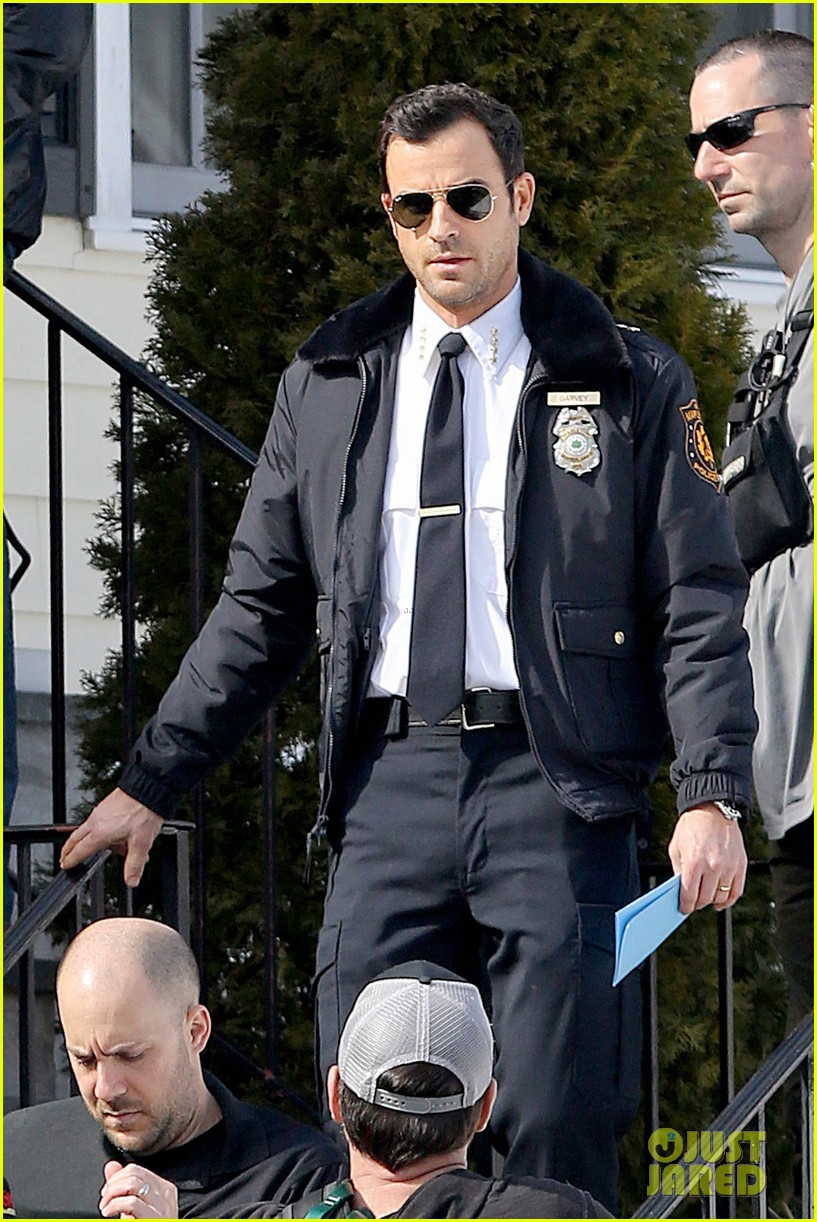 justin theroux looks mighty fine in his police uniform 113057472