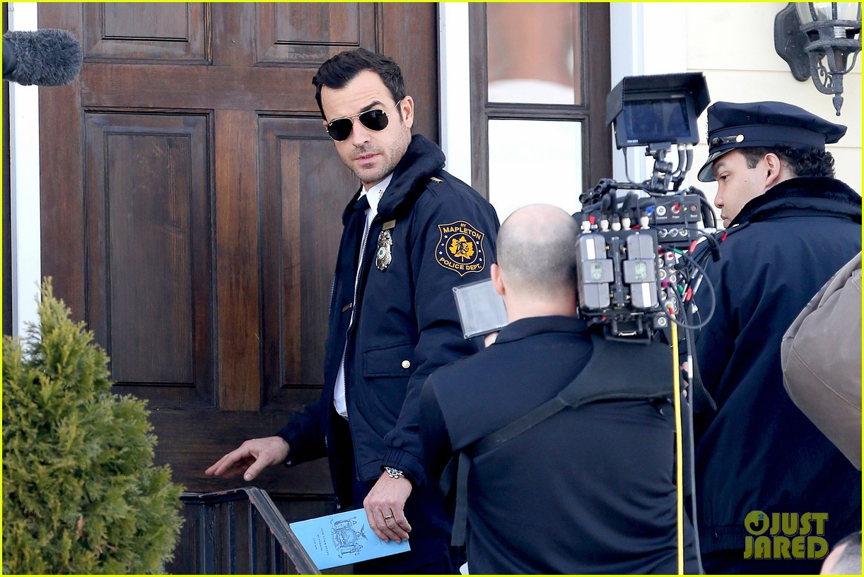 justin theroux looks mighty fine in his police uniform 133057474