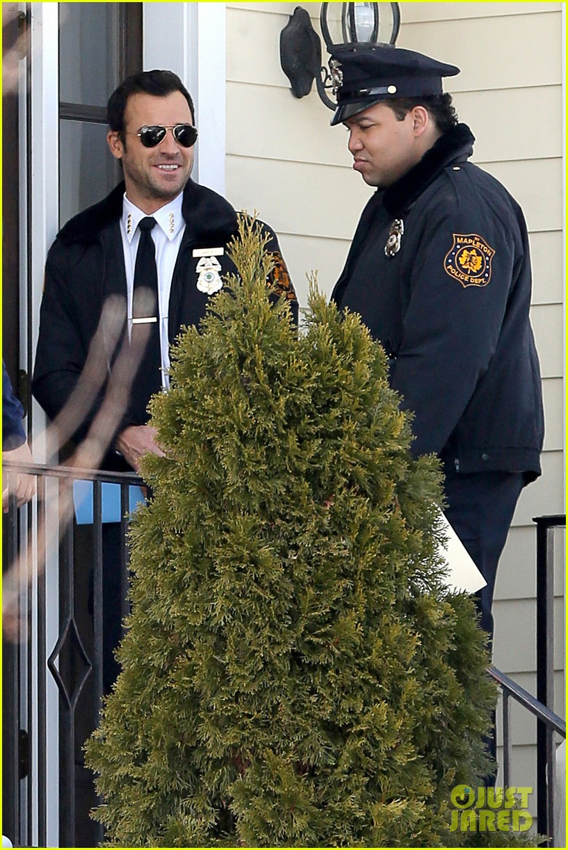 justin theroux looks mighty fine in his police uniform 153057476