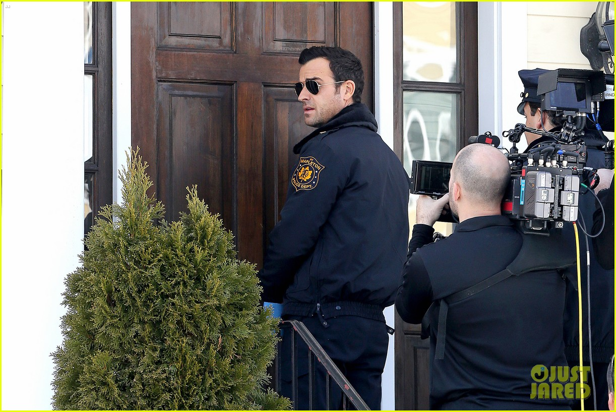 justin theroux looks mighty fine in his police uniform 263057487