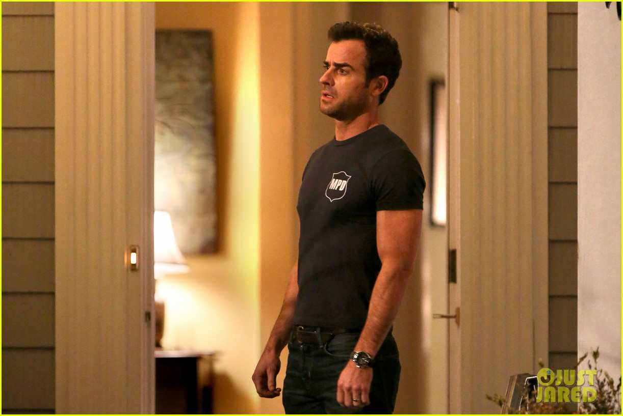 justin theroux looks shocked upset on leftovers set 043056202